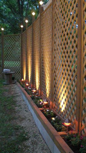 gard din lemn de rasinoase iluminat pe timp de noapte