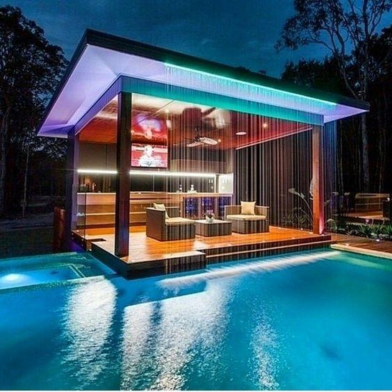 pergola moderna la marginea unei piscine