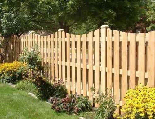 Gard din lemn de rasinoase cu lamele distantate intre ele