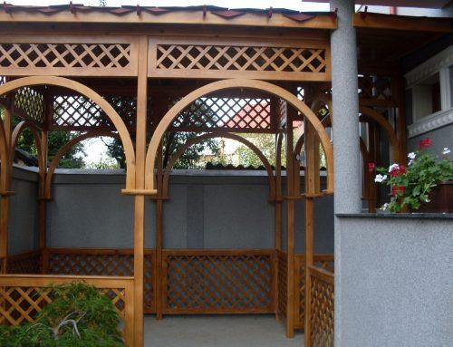 Terasa din lemn cu arcade si gardulet decorativ