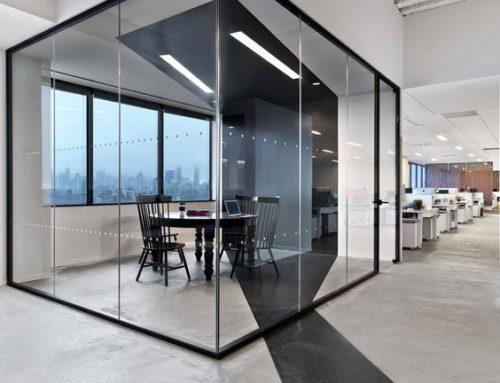 Spatii pentru birouri amenajate intr-o hala de mari dimensiuni