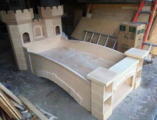 Pat din lemn pentru camera copiilor, in forma de castel