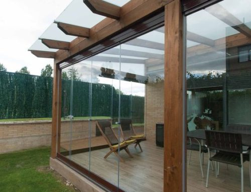 Pergola moderna din lemn amplasata adiacent unui imobil